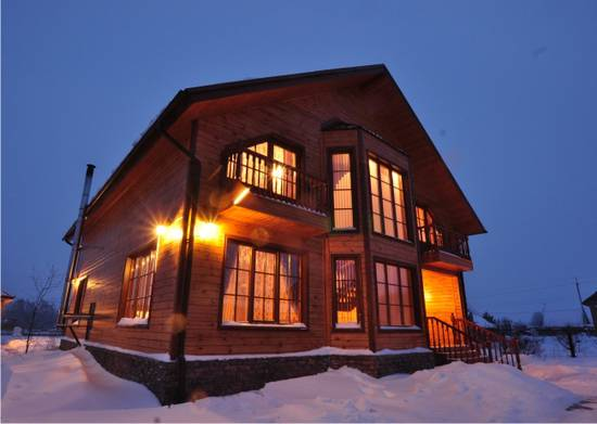дом зимой вечером