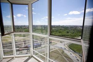 Преимущества панорамного остекления балконов